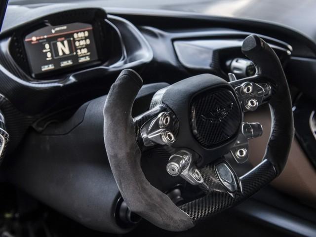 可拆卸的半圆形方向盘也是全碳纤维材质打造,比较有意思的是,由于这款车是完全按照赛车设计,所以,在按下红色的启动按钮之前,你需要先按下供电和供油开关才能保证车辆正常启动。