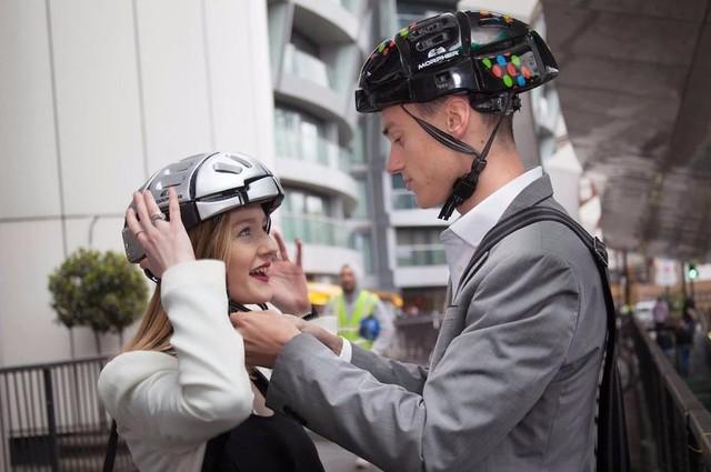 怎么样?是不是真的很方便呢?在这里我们呼吁中国的相关部门尽快力法,像开车必须佩带安全带一样,强制腿型汽车必须佩戴头盔。