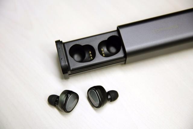 笔者进行了简单的体验,TOPPERS E1智能耳机佩戴起来感觉比较舒适,音色也符合中高端蓝牙耳机的水平。这款耳机采用了蓝牙4.0协议和真双耳的设计,因此具备更好的立体声效果。