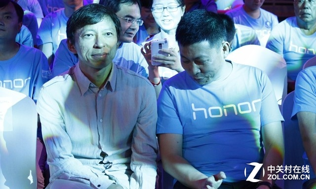 台下坐着两个网友们都非常熟悉的面孔,搜狐董事局主席张朝阳先森和华为终端公司董事长余承东先森,两个人似乎在愉快的交谈着什么。