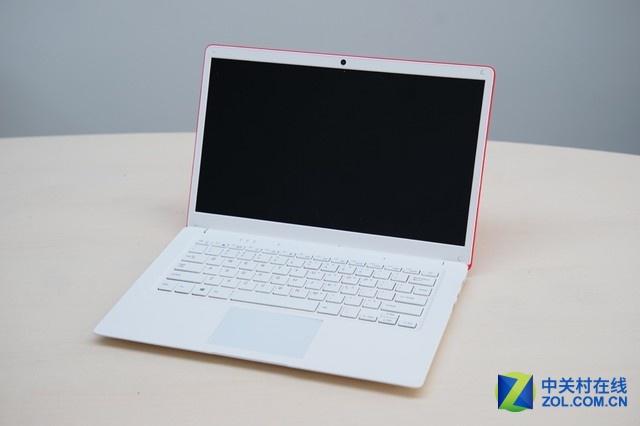 打开屏幕后,整体采用了白色的主色调,看起来也十分不错,键盘的手感也可以。但是它的触控板却十分的生硬难用,同时居然还会翘起。另外,机器的边缘接缝处还存在很大的缝隙。