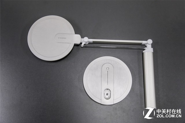 产品进行了拆分式的包装,所以拿到产品后需要进行安装,安装的步骤非常的简单,只需四步:1、取出台灯;